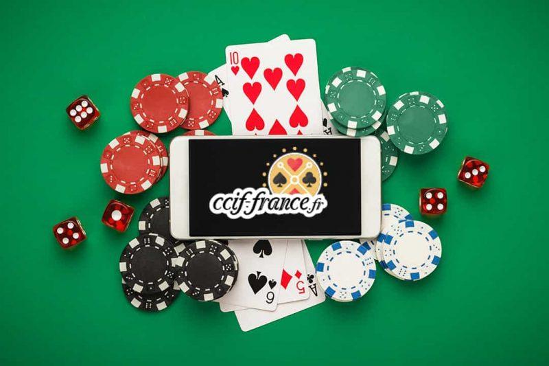 un téléphone avec des jetons de poker
