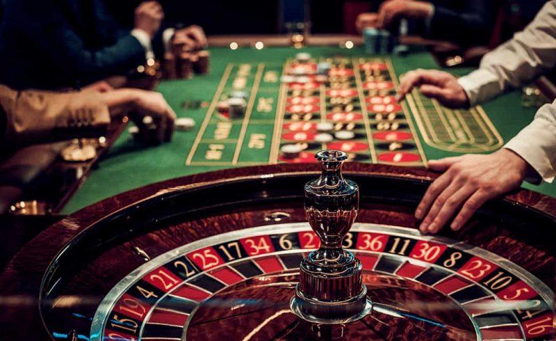 joueur prêt à jouer à la roulette